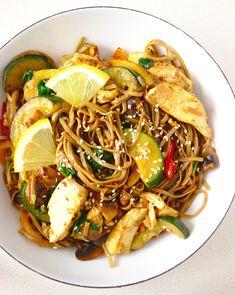 Makaron stir-fry z kurczakiem i warzywami w sosie sojowym   Słodkie Gotowanie Wok, Japchae, Stir Fry, Diet Recipes, Fries, Food And Drink, Vegetables, Ethnic Recipes, Kitchen