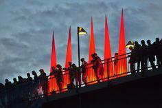 Schaulustige auf der Teerhofbrücke beobachten die Schiffsparade bei der Maritimen Woche in Bremen. http://blog.bremen-tourismus.de/lichtermeer-auf-der-weser/