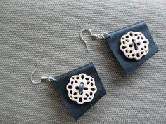 boucles d'oreille design noires et bouton rosace à petits trous beige rosé : Boucles d'oreille par pariscoubidou