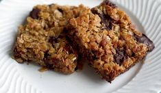 A go-to easy flapjack recipe from Mary Berry. The medley of butter, demerara sugar, golden syrup and oats can be added to with extra flavours and toppings. Mary Berry Banana Loaf, Chocolate Chip Pan Cookies, Easy Flapjacks, Flapjack Recipe, Roasting Tins, Cream Tea, Golden Syrup, Raw Chocolate, Time To Eat