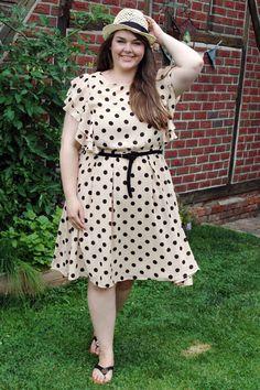 Punkte-Kleid Rüschen Sommer beige schwarz Strohhut Panamahut | beige neutral black polka dot dress ruffles hat | Plus Size Fashion Outfit Curvy Blogger Style