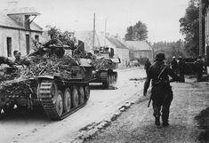 9 juin 1944 : des « Gepard » de la SS-Flak-Abteilung 12 croisent les hommes de la 15. (Auflklärungs)/SS-Panzer-Grenadier-Regiment 25 dans la ville de Rots.