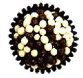 Bolo de chocolate com cobertura de chocolate e crocantes de chocolate branco e preto.  Recheado com ganache de chocolate preto.