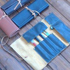 """Скрутка TOOL ROLL для хранения письменных принадлежностей, спиц, крючков для рукоделия, ключей, отверток..  Несколько отделений с отстрочкой для ручек (или еще чего-нибудь) и одно большое. Откидывающаяся """"шторка"""" удержит вложенные предметы от выпадения и рассыпания!  На заказ возможно изготовление из кожи цвета: черный, рыжий, темно-синий, белый, шоколадного цвета, черная тёрка и др. при наличии кожи. Размер ВхШ: 32х23 см 1000 р."""