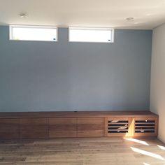 リビングdaikenの床アクセントクロスサンゲツの壁紙グレーの壁の Tv Unit Design, Spa Rooms, Interior Windows, Wall Crosses, Home Living Room, Guest Room, House Design, Flooring, Bedroom