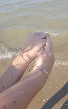 ThePeachBox: sorelle gemelle mancate! Adoriamo avere tante cose uguali e questi bracciali bangle silver fanno al caso nostro. http://wp.me/p7iAW9-10T #thepeachbox MARC BALE #thesprintsisters #fashionblogger #bangle