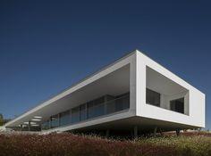 23/01/2015 - Il progetto di Casa Zauia, realizzato dallo studio portoghese Mario Martins Atelier, si ispira all'illusione di una 'casa de