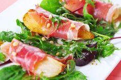 Voorgerecht met gekarameliseerde peren, walnoten en prosciutto Stockfoto - 12871687 Voor recept zie ook salade met gecarameliseerde peer. Daarbij wordt de prosciutto gebakken. Erg lekker!