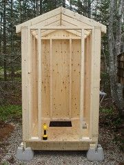 Building an Outhouse Lavabo Exterior, Building An Outhouse, Outhouse Bathroom, Outdoor Toilet, Outside Toilet, Outdoor Projects, Outdoor Decor, Bois Diy, Outdoor Bathrooms