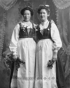 Norwegian immigrants in the U. wearing their traditional bunads//such a wonderful photo - I wish we had some photo's like this of our family from Norway! Very special. Sons Of Norway, Cultures Du Monde, Norway Viking, 1880s Fashion, Vintage Fashion, Viking Beard, We Wear, How To Wear, Viking Jewelry