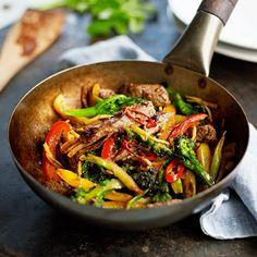 Een stoer gerecht met rundvlees waar je niet lang voor in de keuken hoeft te staan! De rode peper en sinaasappel zorgen voor een verrassende smaakeffect.    1Meng de sojasaus, oestersaus, knoflook en gember. Voeg het vlees toe en laat het 10...