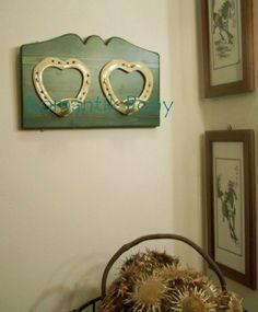 Attaccapanni a 2 cuori verniciati avorio, base in legno colore verde