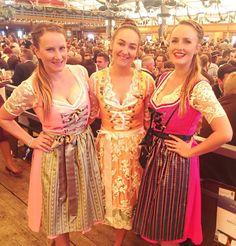 Business-Ladys unter sich: Die Sugarshapes Gründerinnen mit Sibilla Kawala (LIMBERRY) auf dem Oktoberfest 2016. Sabrina Schönborn (links) trägt unser Dirndl Waldzauber in hellrosa, ihre Schwester Laura Gollers trägt das Waldzauber in Pink. Sibilla trägt ein individuell gestaltetes Dirndl von LIMBERRY.