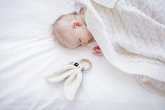 Nu verkrijgbaar: met deze super lieve bijtring van Mies & Co baby lifestyle ontdek je baby de wereld door te voelen en te sabbelen.