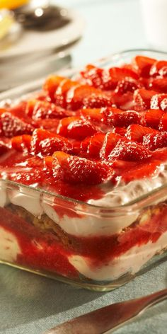 This fruity tiramisu is the perfect dessert for your Easter menu. Spoil yourself and your guests with this dream of strawberries mascarpone and cantuccini. The post Strawberry biscotti tiramisu appeared first on Daisy Dessert. Tiramisu Fruits, Tiramisu Dessert, Strawberry Tiramisu, Trifle Desserts, Strawberry Desserts, Strawberry Cheesecake, Sweet Recipes, Cake Recipes, Dessert Recipes