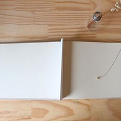 Páginas em branco, espaço para muitas histórias,  dedicatórias, assinaturas e boas recordações.  Contato e encomendas pelo e-mail ola@ateliefofurices.com.br #book #livro #assinaturas #artesanal #handmade #feitoamao #maternidade #bookbinding #encadernacao
