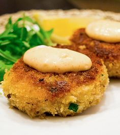 Crab Cakes with Spicy Mayo - 1/2 pound snow crab leg meat,1/8 cup (2 tbsps) mayonnaise, 1/8 cup (2 tbsps) finely chopped green onion, 1 egg, lightly beaten, 1/2 teaspoon Worcestershire sauce, 1/2 teaspoon dry mustard, 1/4 teaspoon salt, 1/4 teaspoon cayenne pepper, 1 cup panko bread crumbs, butter and olive oil (for frying), lemon wedges - fry