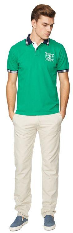 Ανδρικό, polo, μπλουζάκι, από τους σχεδιαστές του οίκου Gant. Σε πράσινο χρώμα, με χρωματικές αντιθέσεις στο κολάρο και στην πατιλέτα. Το λάστιχο στο μανίκι, είναι διακοσμημένο με ρίγες. Το λογότυπο, βρίσκεται τυπωμένο και διακοσμεί διακριτικά το στήθος. Σε κανονική γραμμή, από 100% βαμβακερό ύφασμα. Μία polo μπλούζα, που θα γίνει το αγαπημένος σας καλοκαιρινό trend.