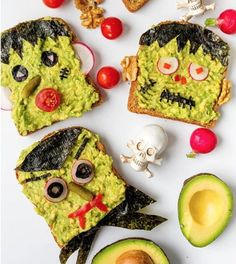 HALLOWEEN AVOCADO TOAST. Need some ideas on what to make for a family breakfast or brunch? We've got some fun, easy-to-make, Halloween-inspired breakfast recipes that will brighten up your morning! Scary Halloween Food, Healthy Halloween Snacks, Fete Halloween, Spirit Halloween, Easy Halloween, Halloween Themes, Spooky Food, Halloween Appetizers, Halloween Desserts