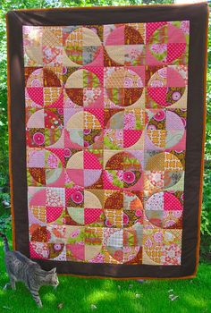 Circle Quilt with cat. (another drunk baby) Circle Quilt Patterns, Circle Quilts, Quilt Blocks, Circle Pattern, Quilting Tips, Quilting Tutorials, Quilting Projects, Scrappy Quilts, Baby Quilts