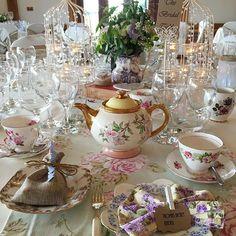 A beautiful vintage wedding 👰🎩 #wedding #weddingday #barn #weddingvenue #vintage #weddingflowers  #weddingbreakfast #vintagechina #afternoontea