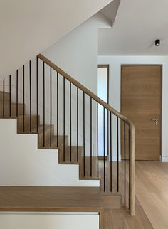 Contemporary staircase with continuous oak handrail and black painted spindles Staircase Handrail, House Staircase, Oak Stairs, Interior Staircase, Staircase Remodel, Staircase Makeover, Oak Handrail, Black Staircase, Bannister