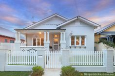 A modest Californian Bungalow receives a new lease on life Beach Bungalow Exterior, Cottage Exterior, House Paint Exterior, Exterior House Colors, Exterior Design, Bungalow Interiors, Bungalow Renovation, Bungalow Homes, California Bungalow