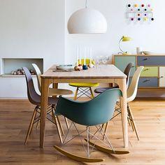 Kleurrijk interieur met de Vitra Eames Plastic RAR schommelstoel en de Vitra Eames plastic stoel.