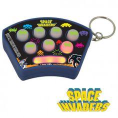 """PORTE-CLES JEU SPACE INVADERS Geek fan de Space Invaders? Alors dégommez des Invaders partout où vous le voulez grâce à ce porte-clés jeu Space Invaders """"Whack an Alien"""". Tuez ces envahisseurs de l'espace en appuyant dessus lorsque la lumière s'allume...Alors échauffez vos pouces et repoussez les envahisseurs!"""