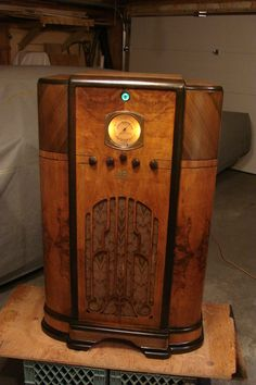 RCA model C8 16 console radio 1936 | Collectors Weekly How To Antique Wood, Vintage Wood, Antique Furniture For Sale, Play That Funky Music, Retro Radios, Radio Wave, Vintage Appliances, Old Time Radio, Architecture Design