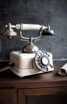 54 Must To Collect Vintage Phones To Add Retro Beauty To Your Interiors Vintage Soul, French Vintage, Retro Vintage, Vintage Items, Vintage Jewelry, Vintage Makeup, Antique Phone, Radio Antigua, Retro Phone