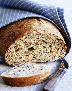 Bag et lækkert speltbrød fyldt med revet gulerod og sunde hørfrøkerner. Spis det lunt med smør, syltetøj eller god ost.