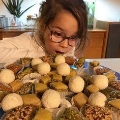 Une belle tête de gourmande  De retour à la maison après une semaine tunisienne complètement folle et épuisante. Plein de choses à vous montrer avec @soni_ait et @ismael_off. On a des images en vidéo assez dépaysantes :)) Bon week-end  . . . . . . . #blog #food #recettes #cuisine #olympusem5mkii #papaencuisine #frenchfood #foodblog #recipes #foodporn @patisseriemasmoudi