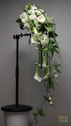 Bouquet cascade épuré avec Calla blanc, Lisianthus, et fleurons de Stéphanotis.