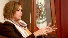 María Luisa Gutiérrez Santoyo es directora de un preescolar en el turno matutino y docente normalista en el vespertino; es también diputada federal –plurinominal– por el Partido Nueva Alianza. Pero desde que se le concedió la dirigencia sindical magisterial, mantiene los tres nombramientos bajo licencia.