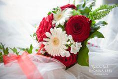beautiful white and red rose wedding flower arrangement by (c) radmila kerl wedding photography munich; Wunderschöner weiß-roter Brautstrauß mit Rosen