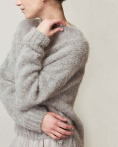 Slouchy pullover in a dense, very soft and fluffy alpaca blend. Ribbed round neck. Dropped shoulders. Elliptical hem.