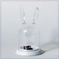 Pour mettre en valeur, de façon originale, vos plus beaux bijoux et objets. Cloche en verre et socle en porcelaineModèle LapinDimensions: 10 x 12,5 x 17,5 cm (environ)Importé du Canada. Design by Imm Living.