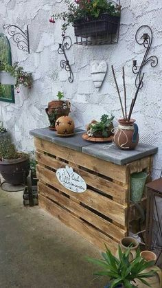 Natural Finish Pallet Potting Bench - pavers that look like slate create the top for this versatile bench - would make a great outdoor serving table or bar, as well as a potting bench - Gartenregal aus Paletten