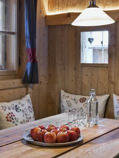 Gemütlicher Essbereich im Bauernhaus der Ferienhäuser GERHART // Cosy dining area in the cottage of the holiday apartments GERHART Private Sauna, Modern Farmhouse