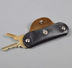 HORSEHIDE KEY HOLDER, BLACK W/ BROWN CORE :: HICKOREES