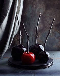 Spooky candy apples for Halloween time. These are the creepiest cool Halloween candy apples I've ever seen. If you are making your own Halloween candy this year, put these on the list, and start collecting your sticks now! Diy Halloween, Halloween Wedding Favors, Dulces Halloween, Pasteles Halloween, Halloween Cookies, Holidays Halloween, Halloween Treats, Halloween Decorations, Halloween Apples