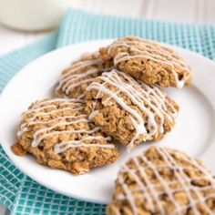 These Soft & Chewy Iced Oatmeal Cookies are just like you remember them as a kid but totally got a healthy makeover. Healthy Treats, Healthy Desserts, Yummy Treats, Sweet Treats, Healthy Recipes, Healthy Kids, Fall Recipes, Sweet Recipes, Healthy Food