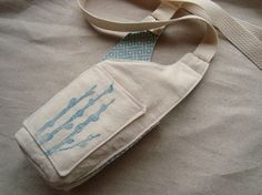 water bottle sling                                                                                                                                                                                 More Water Bottle Carrier, Bottle Bag, Diy Gifts For Friends, Sewing Tutorials, Sewing Ideas, Sewing Projects, Bag Patterns To Sew, Diy For Girls, Bag Making