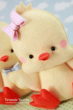 Baby Chick w/Bow on Head Diy Projects For Kids, Diy Crafts For Kids, Sewing Projects, Fabric Animals, Felt Animals, Felt Diy, Felt Crafts, Construction Paper Art, Felt Finger Puppets