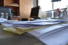 oficina, escritorio, fotografia, imagen color, vertical, papeles, monitor, trabajo, negocios, Empresa, interior, mobiliario, ventana, silla, boligrafo,ABRIL2013