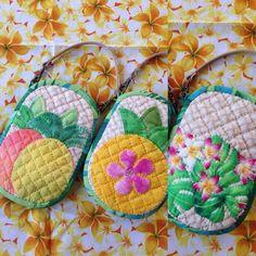 パイナップル♥︎スマホケース 今回は2個付けパイナップルと プルメリア付きパイナップルのデザインてす #ハワイアンキルト #パイナップル #スマホケース Hawaiian Quilts, Mini Purse, Diy And Crafts, Projects To Try, Handmade, Fun Ideas, Totes, Quilting, Tutorials