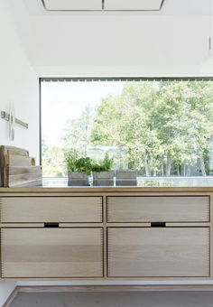Køkken i i eg fra Hoelgaard med bordplade i stål fra Heartsteeling