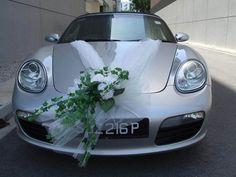 déco de voiture mariage - ruban en tulle blanc et bouquet de roses blanches et lierre