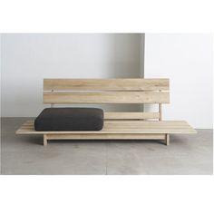ベンチタイプのローソファー、「ミズナラソファ」。木の素材そのままのベンチでも素敵ですが、自分にあった形や素材のクッションを選んで使い方に応じて自由にカスタマイズできるので、インテリアの幅も広がりますね。